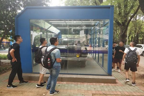 汽车学院2018级新生参观引擎大学生创新创业基地顺利结束